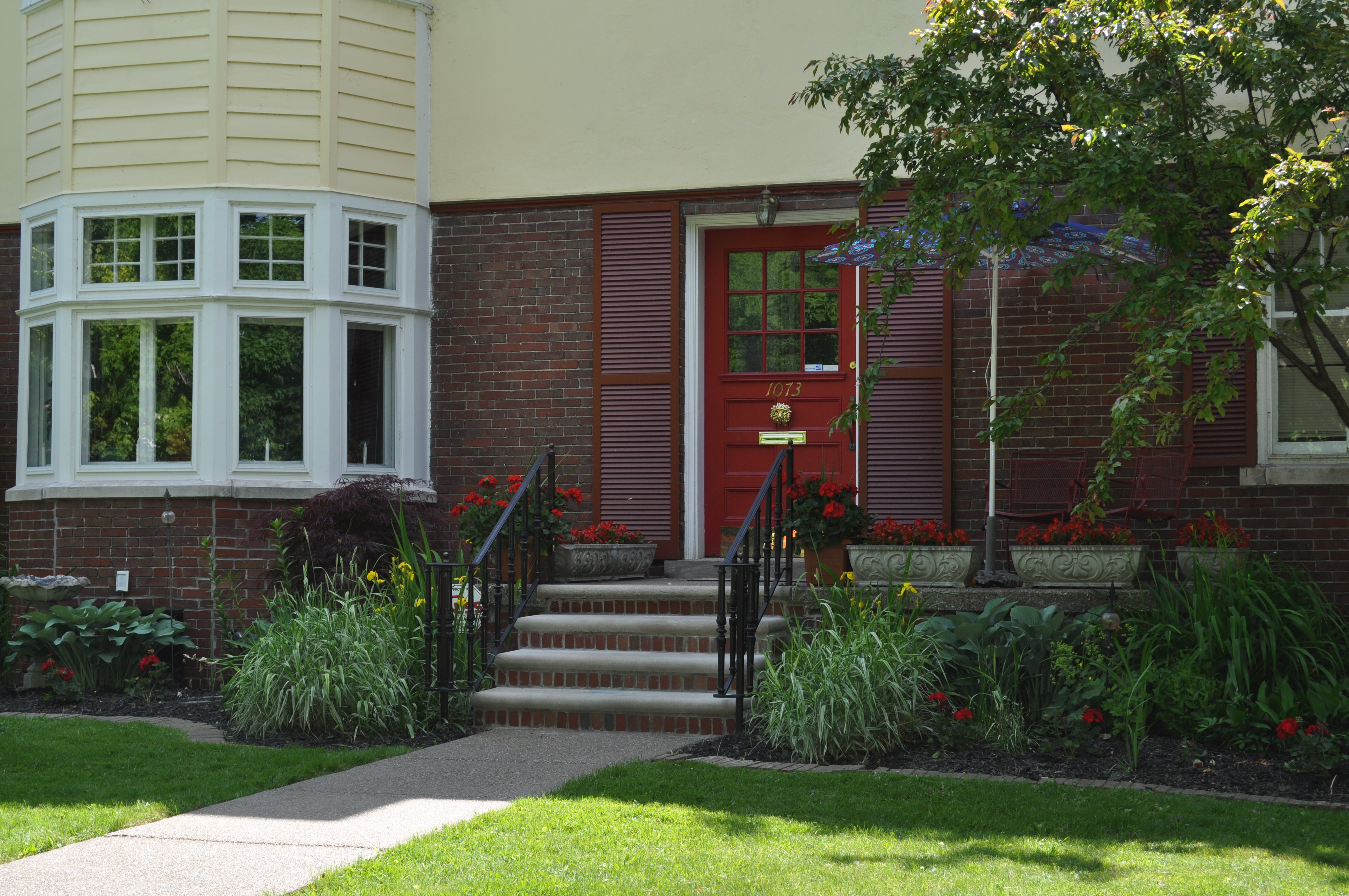 home-curb-appeal-landscape-photo-photos-red-front-door.jpg